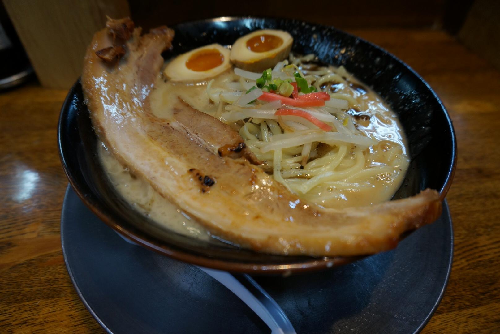 まるでシチューのような濃厚スープ!「ラーメン・猪や」で黒とんking(新潟市中央区)