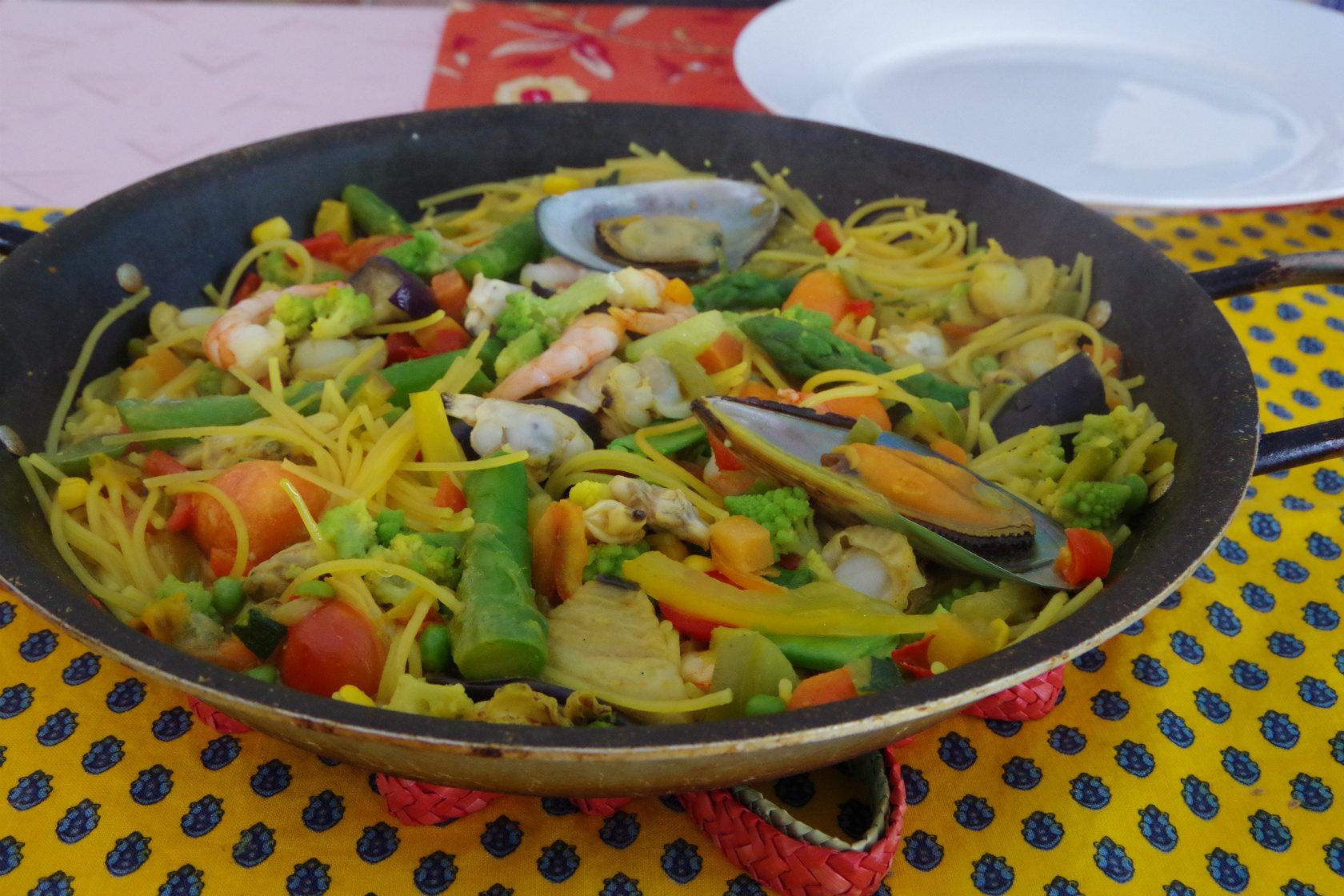 悪天候時はお休み。波打ち際のレストラン「ポセイドン」でパスタパエリア!
