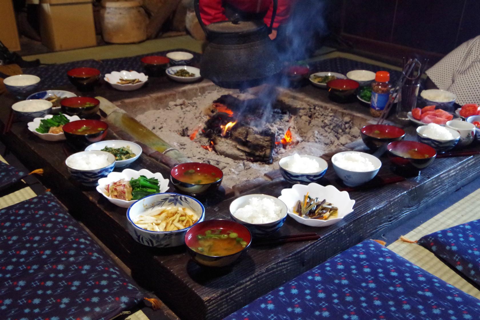 畑作業と囲炉裏を囲んで朝ごはん。西蒲区の「まきどき村」で豊かな日曜日