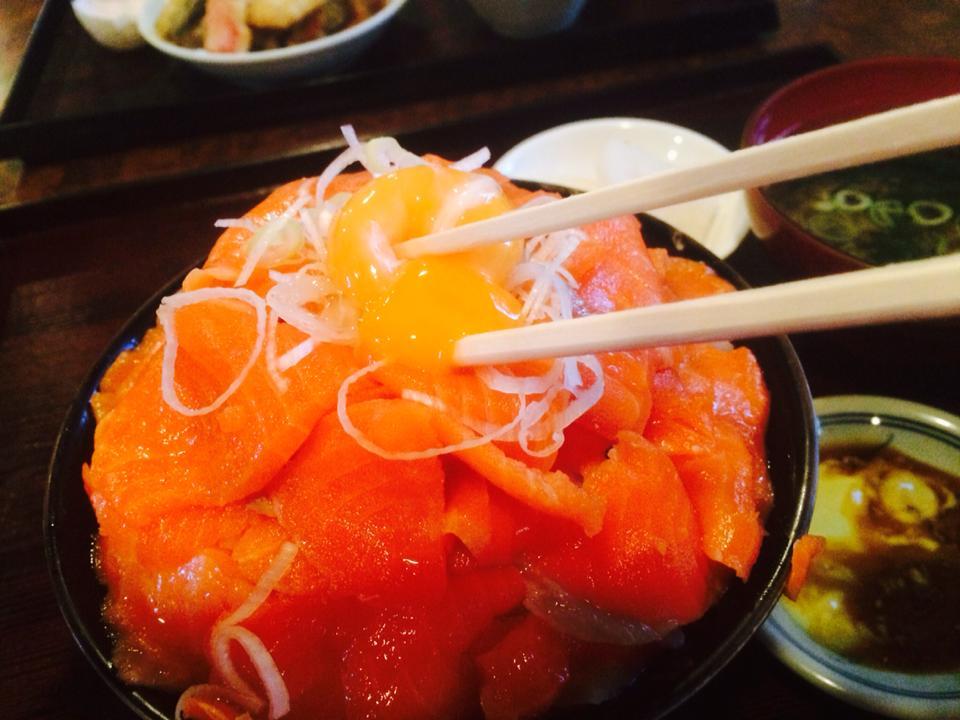 サーモン丼の盛りがやばい!新潟市中央区の「レスト喫茶あおい」で「サーモン丼(670円・ドリンク付き)」を食べてきた