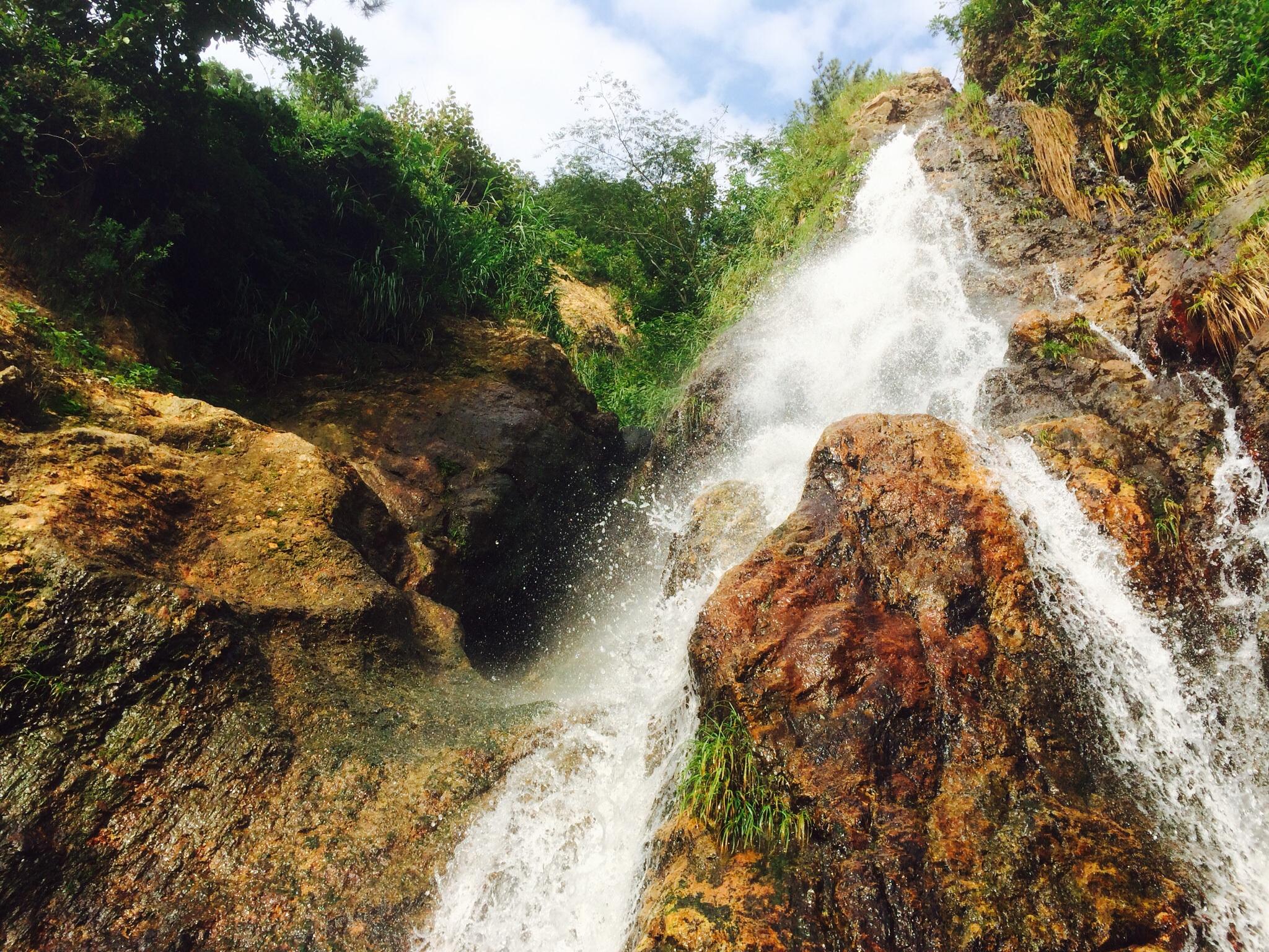 海岸沿いに絶景の滝が!長岡市・寺泊近辺をドライブするなら絶対に立ち寄りたい野積海岸で『滝の川』を発見しました。
