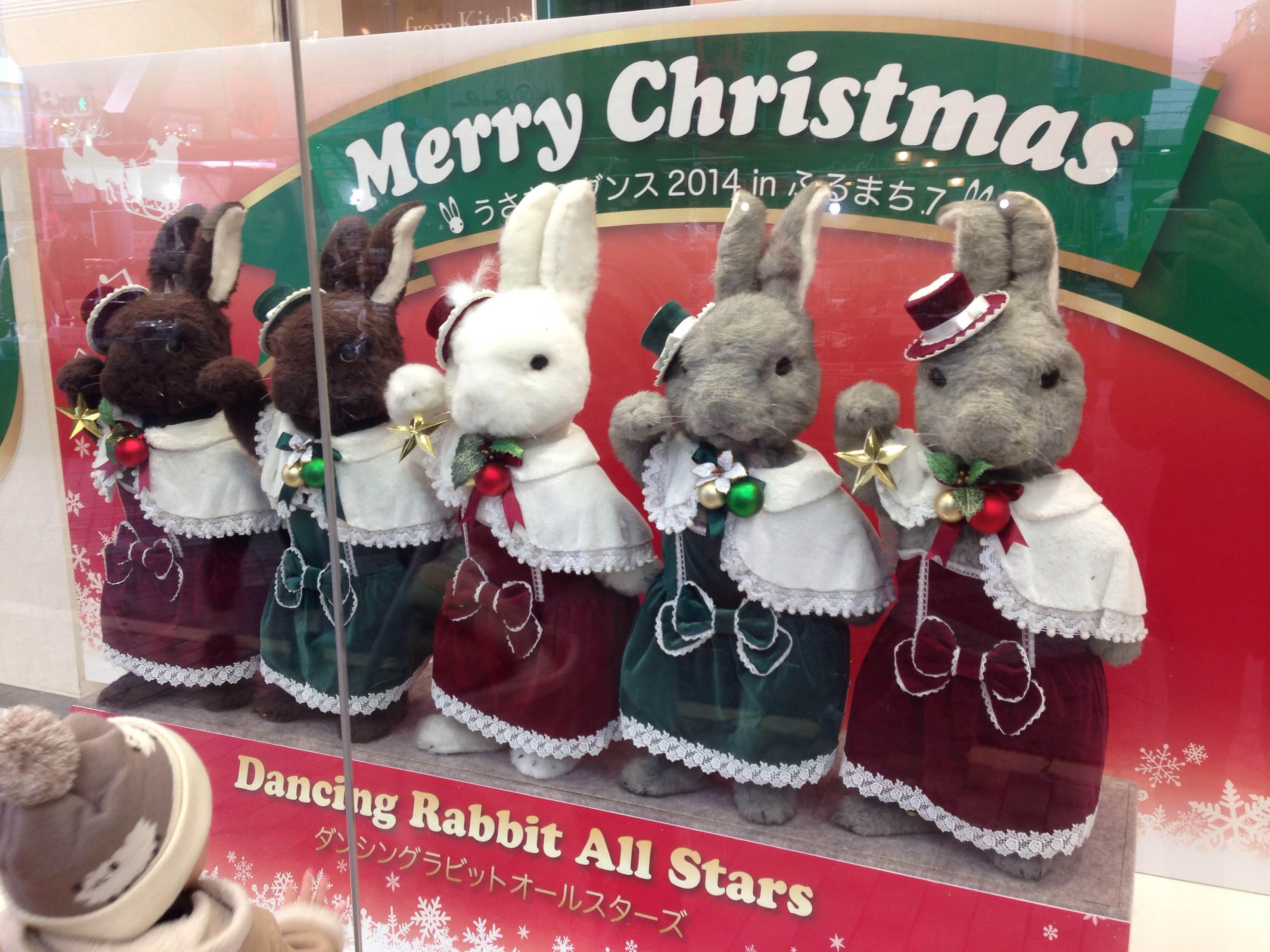 クリスマスの街を賑わす「ダンシングラビット」と「白樺のトナカイ」