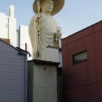 繁華街にでけぇお坊さんの像が!古町にある弘願寺の弘法大師像を見上げてきた
