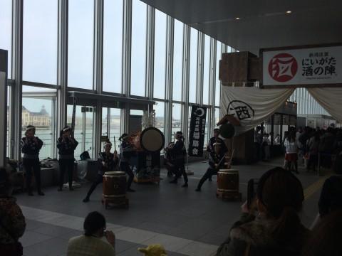 入り口では万代太鼓がお出迎え。音の反響が良い!