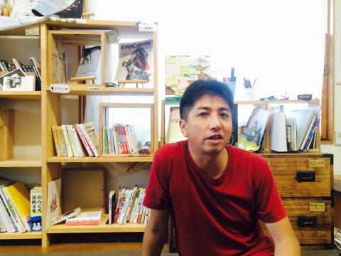 発起人であり店長の西田卓司さん。千葉県木更津市から大学進学をきっかけに新潟へ移住し、1999年から巻町に参加型の畑「まきどき村」を作ったり、そこで朝ごはんイベントを開いたり、自宅兼ゲストハウス兼本屋を作ったり、15年くらい時代の先を行き過ぎてる人。